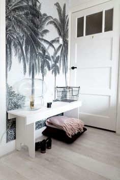 Kleurcontrast: licht-donker + kwantiteitsconteast (roze in zwart-witpalet) Palmtree wallpaper | Scandinavian bedroom | Botanic wallpaper