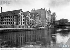 Stare spichrze zbożowe nad Brdą.1925 Poland History, New York Skyline, Travel, Historia, Viajes, Destinations, Traveling, Trips