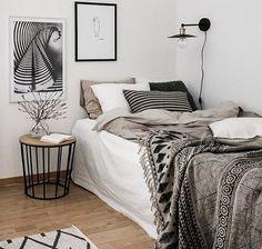 Небольшая уютная светлая спальня