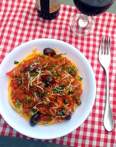 Espaguete a putanesca (molho de tomate com azeitonas, alcaparras e alho)