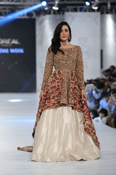 Pakistan Bridal Fashion Week Wedding Outfits are a fresh change in wedding wear as compared to Indian bridal outfits. Check out the top 50 favourites here. Pakistani Party Wear Dresses, Pakistani Wedding Outfits, Indian Bridal Outfits, Pakistani Wedding Dresses, Indian Dresses, Walima Dress, Shadi Dresses, Latest Bridal Lehenga Designs, Moda Indiana