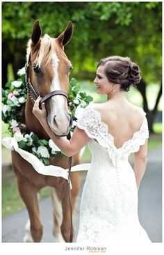 Bridal hair & makeup by Robbie Meshell. Southern bee wedding. Photography by Jennifer Robison