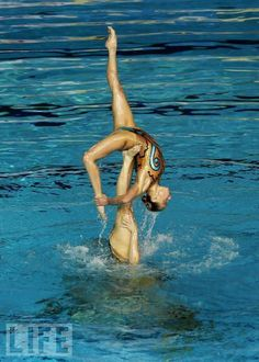 Think this should be renamed aquatic gymnastics- because synchronised swimming doesn't do it justice Ea Sports, Water Sports, Synchronized Swimming, World Championship, Underwater, Diving, Olympics, Swimsuits, Kids Swimwear