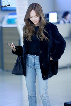 asian girl, jung jessica, and girls generation image Jessica & Krystal, Krystal Jung, Snsd Fashion, Korean Fashion, Jessica Jung Fashion, Airport Style, Airport Fashion, Soyeon, Korean Celebrities
