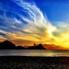 Amanhecer na Praia de São Francisco, em Niterói (RJ). A cidade é uma das que mais recebem turistas no estado do Rio de Janeiro. Os centros históricos e culturais são atrativos bastante procurados. Foto: @le.touristeblog