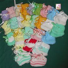SAPATINHOS DOADOS  Esta receita eu achei o blog Tentando tricotar Adaptei a receita aumentando o nº de pontos. Montar 50 pontos na...