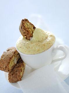 Se cerchi una ricetta di crema da accompagnamento a biscotti o panettoni, non puoi non sperimentare questa deliziosa crema al rum.
