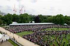 Pin for Later: Les Moments les Plus – et les Moins – Royaux de la Reine Elizabeth II Moment Royal: Quand Tout le Monde Accepte de Venir à Sa Garden Party
