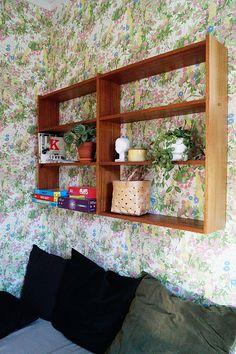 Työhuone/pelihuone. Seinällä ihana apilapelto. Seinähylly on 50-luvun kirjahyllyn yläosa, alaosa toimii tv-tasona.