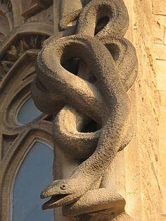 Gárgola-Serpiente en  el exterior templo Sagrada Familia, Antoni Gaudí