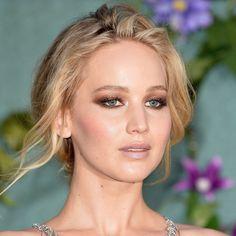 """Desafio do dia: escolher o look mais maravilhoso da #JenniferLawrence nos red carpets de 'Mother' essa semana! Ontem em Paris ela apostou no vestido @dior + vibes """"gótica chic"""" com o bocão vinho! Antes teve o @versace_official em Londres (e que make bafo é esse também hein? ) e mais um #Dior em Veneza! Qual seu favorito? @gettyimages"""