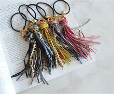 スエードフリンジゴム【ブルーorブラック】 Diy Hair Accessories, Handmade Accessories, Diy Accessoires, Diy Tassel, Bracelet Crafts, Diy Hair Bows, Head Pins, Knitted Headband, Hair Ornaments