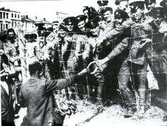 Esir İngiliz askerlerine simit veriliyor.