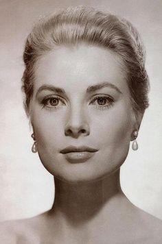 Grace Patricia Kelly (* 12. November 1929 in Philadelphia, Pennsylvania; † 14. September 1982 in Monaco) war eine US-amerikanische Filmschauspielerin und Oscar-Preisträgerin. Infolge der Hochzeit mit Fürst Rainier III. von Monaco im Jahr 1956 änderte sich ihr Name mit dem neuen Titel in Princesse Grace de Monaco beziehungsweise Grace Patricia Grimaldi.