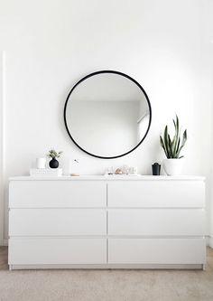 Runder Spiegel mit schwarzem Rahmen