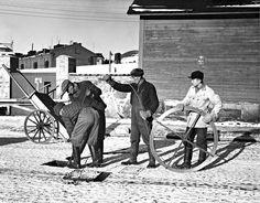 Arbetare rensar kloaken på Runebergsgatan år 1941. Helsingfors stadsmuseum.