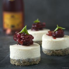 Goat cheese cheesecake snack with red onion jam - Tapas Menu, Tapas Party, Snacks Für Party, Alice Delice, Cheesecake, High Tea, Catering, Appetizer Recipes, Appetizers