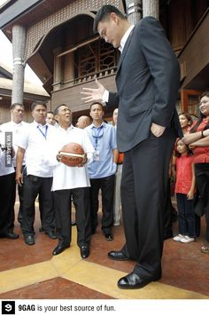 The face when the vice president of Philippines meets Yao Ming Giant People, Tall People, Big People, Giants Today, Human Giant, Nephilim Giants, Giant Skeleton, Human Oddities, Picture Day