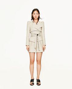 ZARA - FEMME - VESTE COURTE ET GROSSE CEINTURE EN CONTRASTE Zara Mode, 40 And Fabulous, Zara Fashion, Fashion Over 40, Office Wear, Winter Wear, Blazers For Women, Dress Making, Dresses For Work