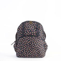 La #mochila Marga de Misako es un backpack de líneas juveniles y sport con estampado de #margaritas sobre fondo azul. #Naif #Floral
