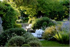 Vicki Archer's garden in Provence(cote de texas)-French Essence/Vicki's blog & company-books too!
