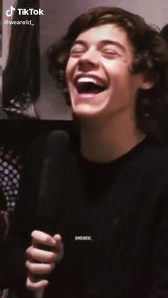 Harry Styles Smile, Harry Styles Funny, Harry Styles Edits, Harry Styles Baby, Harry Styles Pictures, Harry Edward Styles, Harry Styles Short Hair, Young Harry Styles, Harry Styles Singing