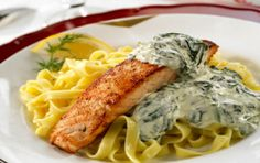 Laxfilé med pasta och spenat