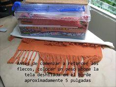 Cómo hacer flecos retorcidos con tela deshilada, video tutorial por María Tenorio. Ver también http://gineceoblog.wordpress.com/2013/07/21/como-hacer-flecos-retorcidos/