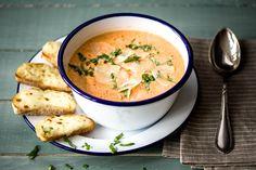 Schnelle Tomaten-Paprika-Suppe mit überbackenem Käse-Ciabatta