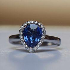 Tailor made 18K engagement ring set with an exceptional pearshape sapphire and high quality side diamonds (GVS2 or higher)