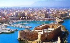 Heraklion, Creta, Grecia.  Heraklion o Iráklion (anteriormente llamada Candía) es una ciudad situada en la costa norte de la isla de Creta, la capital y el principal puerto marítimo de la isla. Está rodeada por fortificaciones construidas durante la edad media por los venecianos.