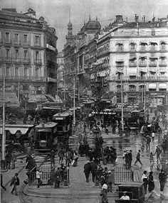 El jaleo y bullicio de la Puerta del Sol no es cosa del presente, aspecto que presentaba en 1906.