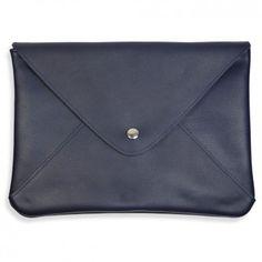 """Mit dieser außergewöhnlichen Envelope-Clutch """"Emilia"""" in dunklem Blau hat das Münchener Designer-Label """"lille mus"""" ein elegant-verspieltes Accessoire entworfen - hochwertigen Materialien per Hand angefertigt."""