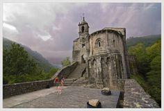 https://flic.kr/p/bpLWX8 | Monasterio de Caaveiro | San Xoan de Caaveiro es uno de los más pintorescos monasterios de Galicia. Se encuentra en el parque Natural de Fragas do Eume, en el Valle del Río Eume, en la provincia de A Coruña. Según la tradición, fue fundado por San Rosendo para aglutinar a un grupo de anacoretas que vivían en este lugar tan apartado, allá por la primer mitad del siglo X. Hay dos aspectos fundamentales a subrayar de las ruinas de San Juan de Caaveiro. Lo primero y…