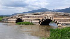 Bend-i Mahi köprüsü/Muradiye/Van/// Köprü, eski Erciş-Tebriz kervan yolu güzergahında, Bend-i Mahi Çayı üzerine kurulmuştur. İnşasına ilişkin kitabesi bulunmamasına rağmen, XIII. yüzyıl sonlarında İlhanlı Hükümdarları tarafından yaptırılmıştır. Çünkü İlhanlılar'ın Aladağ'ı yazlık ikametgah seçmeleri, Tebriz'den buraya geliş gidişlerde kullanmak üzere köprüyü yaptırdıklarını ortaya koymaktadır.