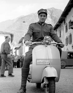 Rock Hudson Lambretta Scooter, E Scooter, Vespa Scooters, Film Pictures, Rock Hudson, Star Wars, Old Motorcycles, Motor Scooters, Tv Actors