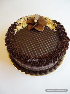 Dort čokoládový * zdobený krémem.