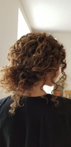 This year curly natural hair reigns supreme. Bridal curly hair updo by ossahair. This year curly natural hair reigns supreme. Bridal curly hair updo by ossahair. This year curly natural hair reigns supreme. Bridal curly hair updo by ossahair. Cute Curly Hairstyles, Long Face Hairstyles, Hairstyles Over 50, Gray Hairstyles, Short Haircuts, Stacked Haircuts, 1950s Hairstyles, Hairstyle Men, Shoulder Length Curly Hairstyles