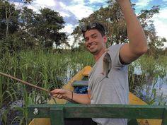 Vamos começar a postar sobre nossa viagem à Manaus no Amazonas vocês vão viajar pela nossa viagem. Na foto o Vini pescando a famosa Piranha. Vocês não imaginam a quantidade delas em meio a selva que ficamos 2 dias. Foi uma experiência incrível! Tudo isso com a ajuda da equipe @iguanatour . . #viagem #gourmet #gourmetadoisporai #selva #floresta #piranha #fish #peixe #pesca #manaus #amazonas #amazonia #floresta #barco #viajando #gourmetadois #lifestyle #travel #porai #passeio
