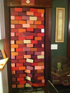 com fio de náilon, papel colorido e fita adesiva, faça uma cortina de tijolos para imitar a plataforma 9 ¾