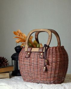 Плетение из газет Basket Decoration, Basket Weaving, Diy Projects To Try, Basket Bag, Box Bag, Handmade Bags, Wicker Baskets, Straw Bag, Paper Crafts