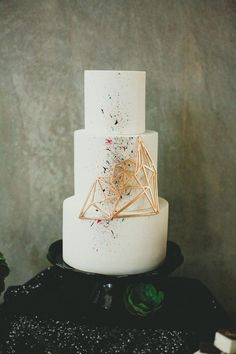 Geometric wedding theme and details is one of the hottest trends of last and this year; we've already told you of geometric wedding cakes, and now it's time to discuss décor and other touches. A geometric wedding backdrop. Cool Wedding Cakes, Beautiful Wedding Cakes, Gorgeous Cakes, Pretty Cakes, Modern Wedding Cakes, Contemporary Wedding Cakes, Modern Art, Geometric Cake, Geometric Wedding