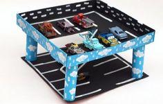 Garagem infantil de caixa de pizza é fácil de ser feita e diverte muito (Foto: handmadecharlotte.com)