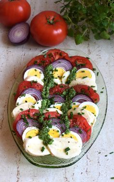 Sałatka z jajek, pomidorów, mozzarelli i czerwonej cebuli – Smaki na talerzu Pizza Recipes, Appetizer Recipes, Whole Food Recipes, Appetizers, Cooking Recipes, Feta Salat, Vegan Cafe, Brunch Party, Best Food Ever