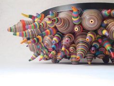 Bol Raíces. Elaborado con papel y cartón de color, enrollado y moldeado a mano. ( Roots bowl. Made from colored paper and cardboard, rolled and shaped by hand. )