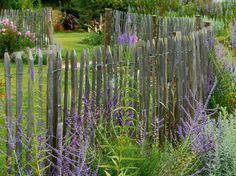 Ganivelle & Echalas - Les Jardins Sauvages d'Audra - installer une ganivelle en châtaigner offre l'avantage de pouvoir être fleurie, de ne pas casser la vue aux promeneurs et voisins, de résister dans le temps et de ne pas être trop chère