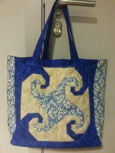 Bolsa en tonos azulados realizada por una de mis alumnas...preciosa y comoda
