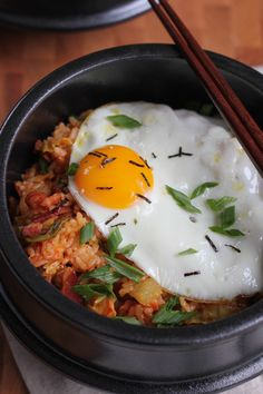 Korean kimchi fried rice (kimchee bokkeum bap) - Hot and spicy and filled with bacon bits, kimchi and topped with a fried egg. You've got to try this Kimchi Fried Rice Bowl! #kimchi #koreanfood #ricebowl #comfortfood