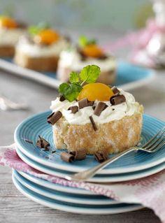 De här hemgjorda påskbakelserna är goda att äta och söta att se på. Receptet är enkelt och inom en halvtimme är bakelserna färdiga att avnjutas! Gör en rulltårta och fyll med hallonsylt och grädde. Skär i skivor och garnera med aprikoshalvor och riven choklad. Se receptet här! Cookie Desserts, Nutella, Muffins, Cheesecake, Food And Drink, Pudding, Easter, Cookies, Milkshakes