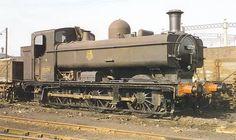 A finales de los años 50, BR tenía en servicio 863 locomotoras ténder con depósito-alforja de la Serie 57XX, lo que hacía de ella una de las más numerosas de todo el Reino Unido. Estas intrépidas y pequeñas máquinas se podían ver en la mayoría de los depósitos de locomotoras de vapor de la región occidental. La 0-6-0PT n° 3725 espera el 3 de marzo de 1957 en el depósito de Stafford Road, Wolverhampton, su próximo turno de trabajo.